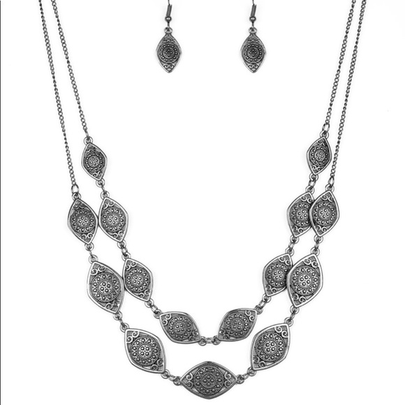 paparazzi Jewelry - Necklace with matching earrings